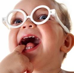 תינוק עם משקפים