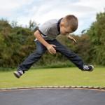 ילד קופץ